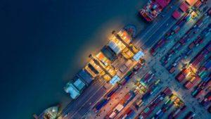 Containerschiff von oben in Hong Kong